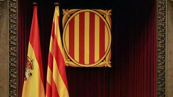 Banderas de España y Cataluña en el Parlamento catalán - Sputnik Mundo