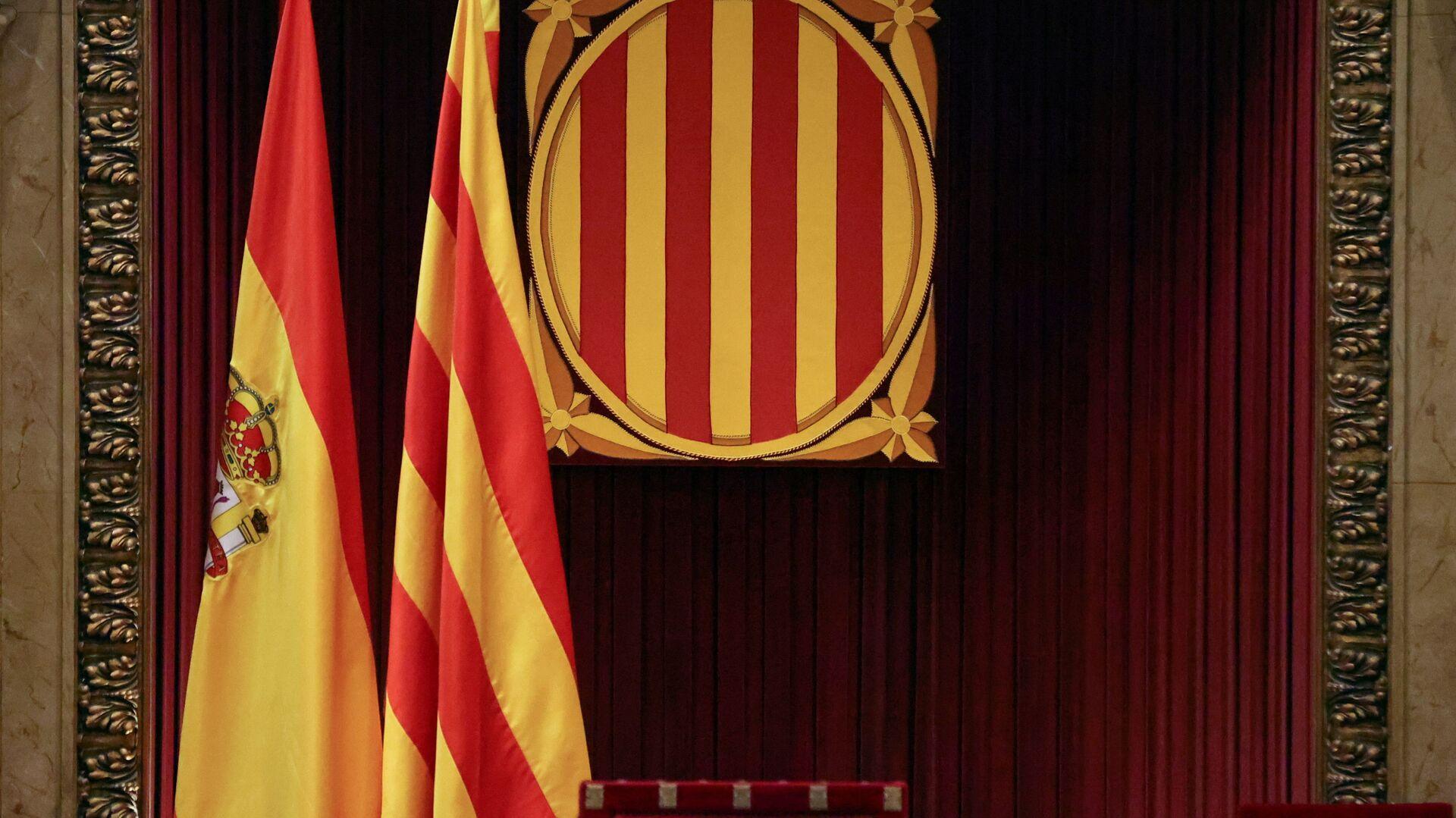 Banderas de España y Cataluña en el Parlamento catalán - Sputnik Mundo, 1920, 02.08.2021