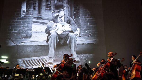 Fotograma de 'El chico' durante un concierto en Egipto - Sputnik Mundo