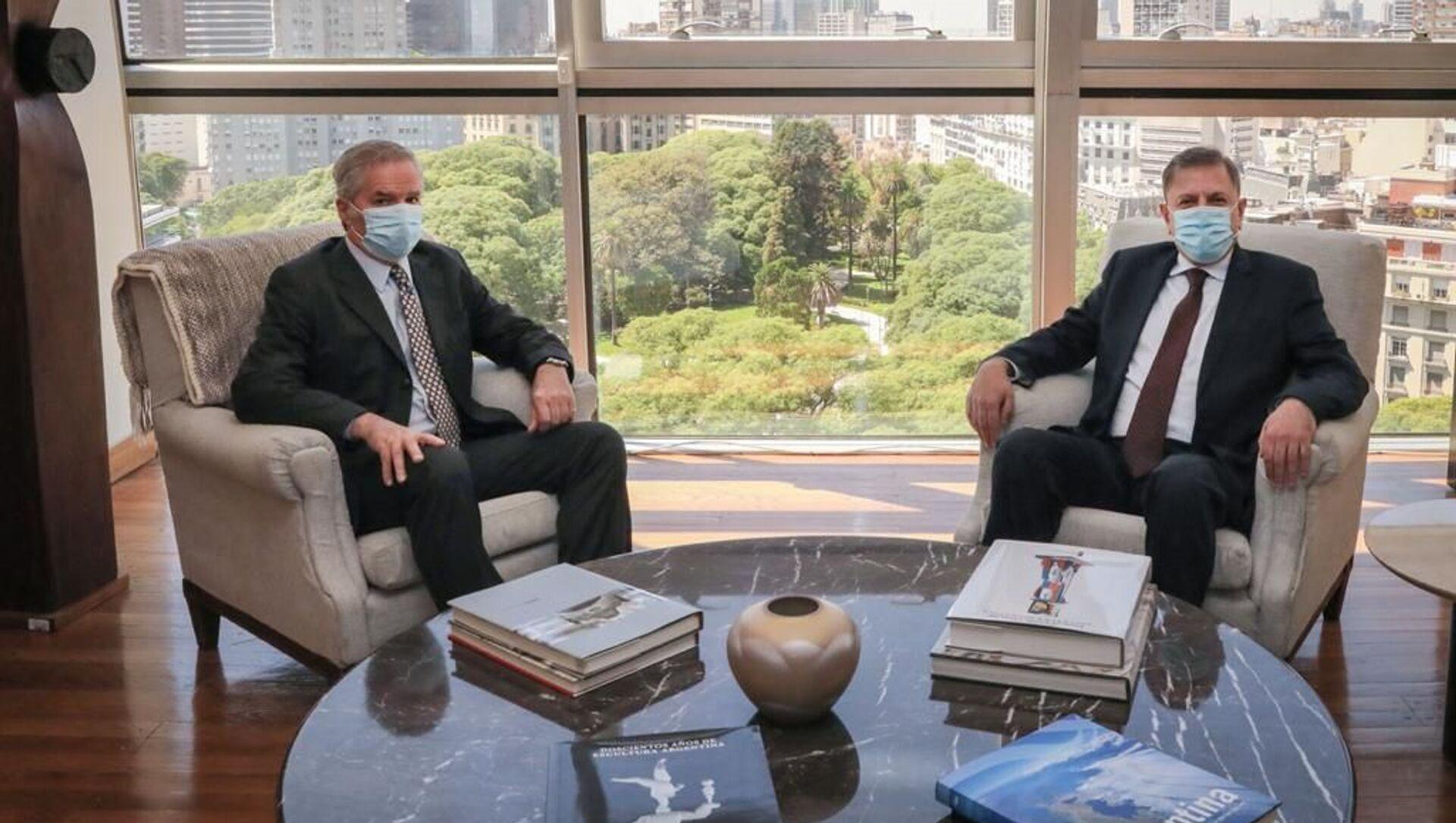 El nuevo embajador argentino en Moscú, Eduardo Zuain, (derecha) acompañado del canciller Felipe Solá (izquierda) - Sputnik Mundo, 1920, 11.02.2021