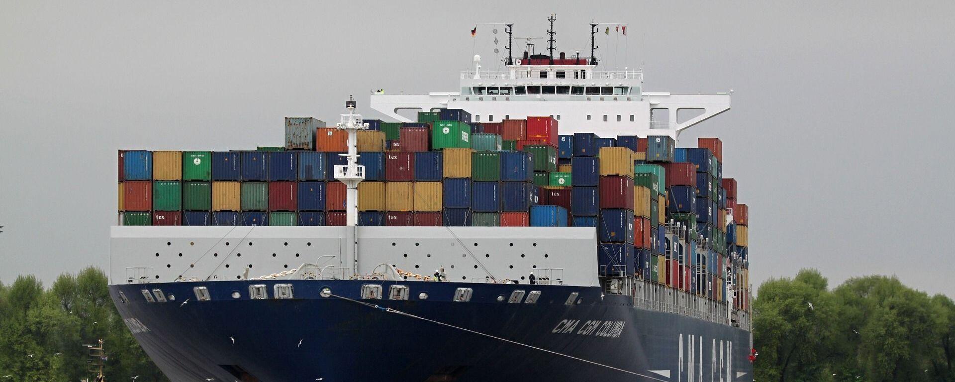 Barco de carga, contenedores, río. Imagen referencial - Sputnik Mundo, 1920, 05.02.2021