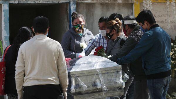Funeral de una persona fallecida por las enfermedades provocadas por el nuevo coronavirus, México - Sputnik Mundo
