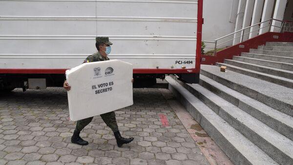 Un soldado prepara las urnas de votación para las elecciones de Ecuador  - Sputnik Mundo