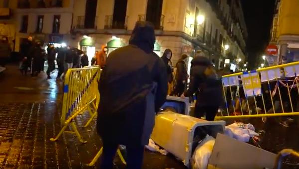 Bloquean las calles de Madrid en apoyo al rapero condenado por injurias a la Corona - Sputnik Mundo