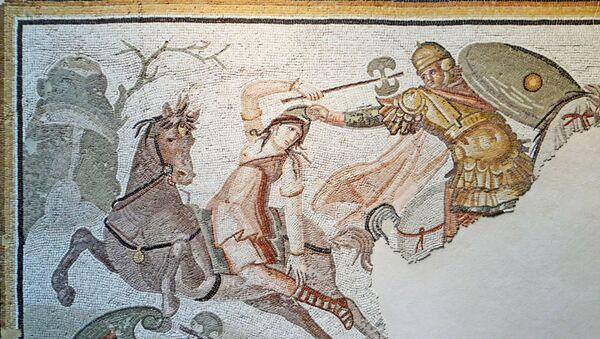 Un mosaico antiguo representando una guerrera amazónica en un combate - Sputnik Mundo