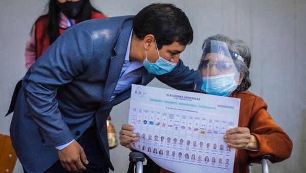 El candidato Andrés Arauz junto a su abuela - Sputnik Mundo