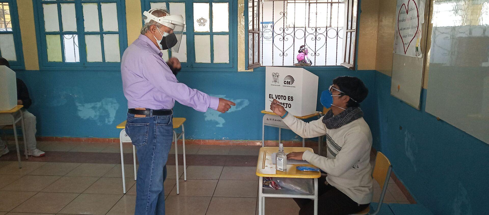 Votante en la Unidad Educativa Quintiliano Sánchez - Sputnik Mundo, 1920, 07.02.2021