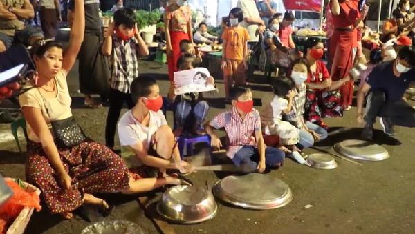 Los birmanos salen en protesta contra el golpe de Estado en su país - Sputnik Mundo