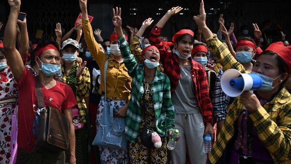 Демонстрации против военного переворота в Мьянме - Sputnik Mundo