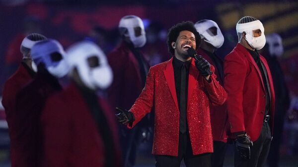 The Weeknd durante el intermedio de la Super Bowl LV - Sputnik Mundo