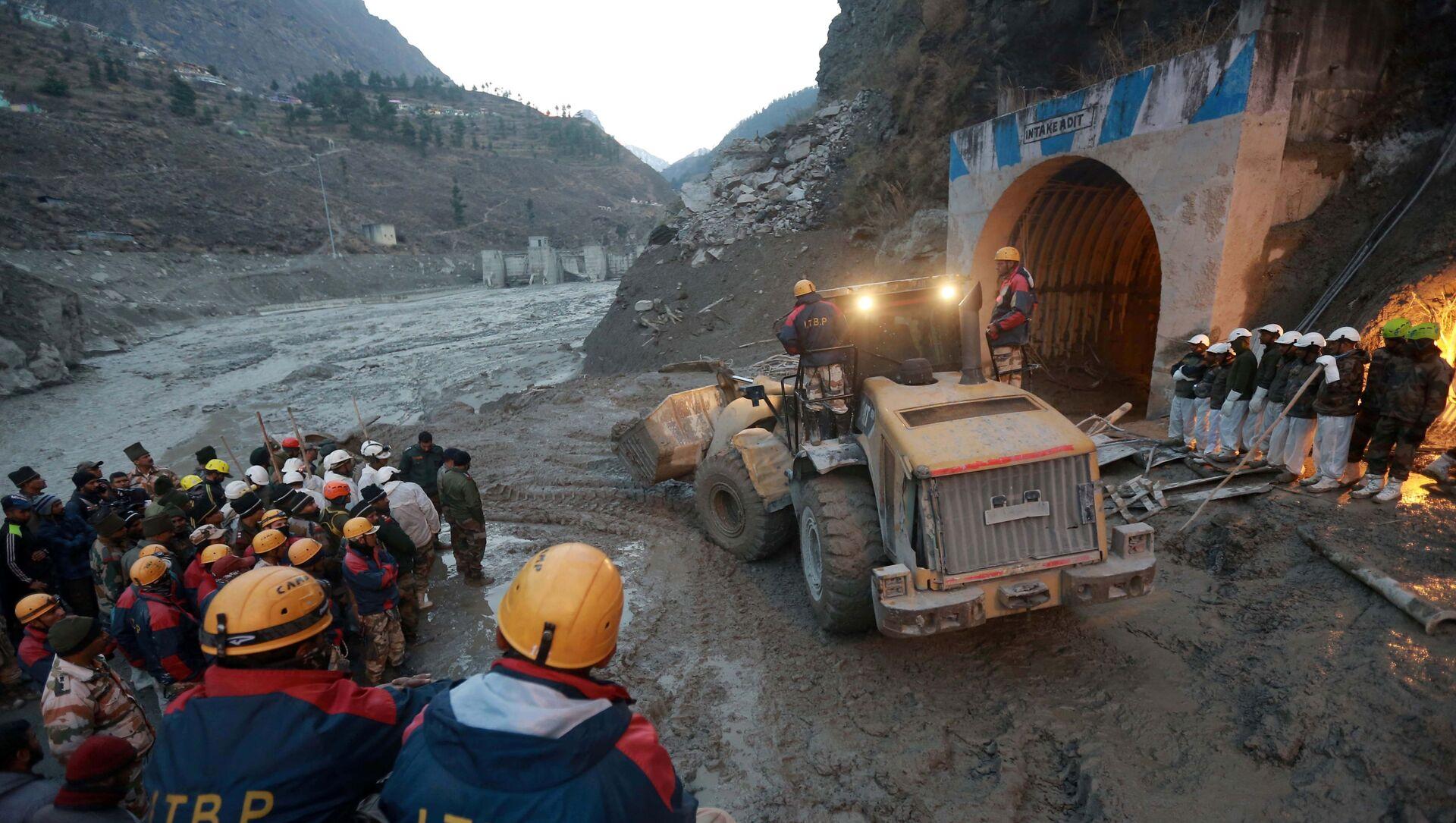 Técnica pesada elimina las consecuencias del desprendimiento de un glaciar en el Himalaya, 8 de febrero, estado de Uttarakhand, India. - Sputnik Mundo, 1920, 08.02.2021