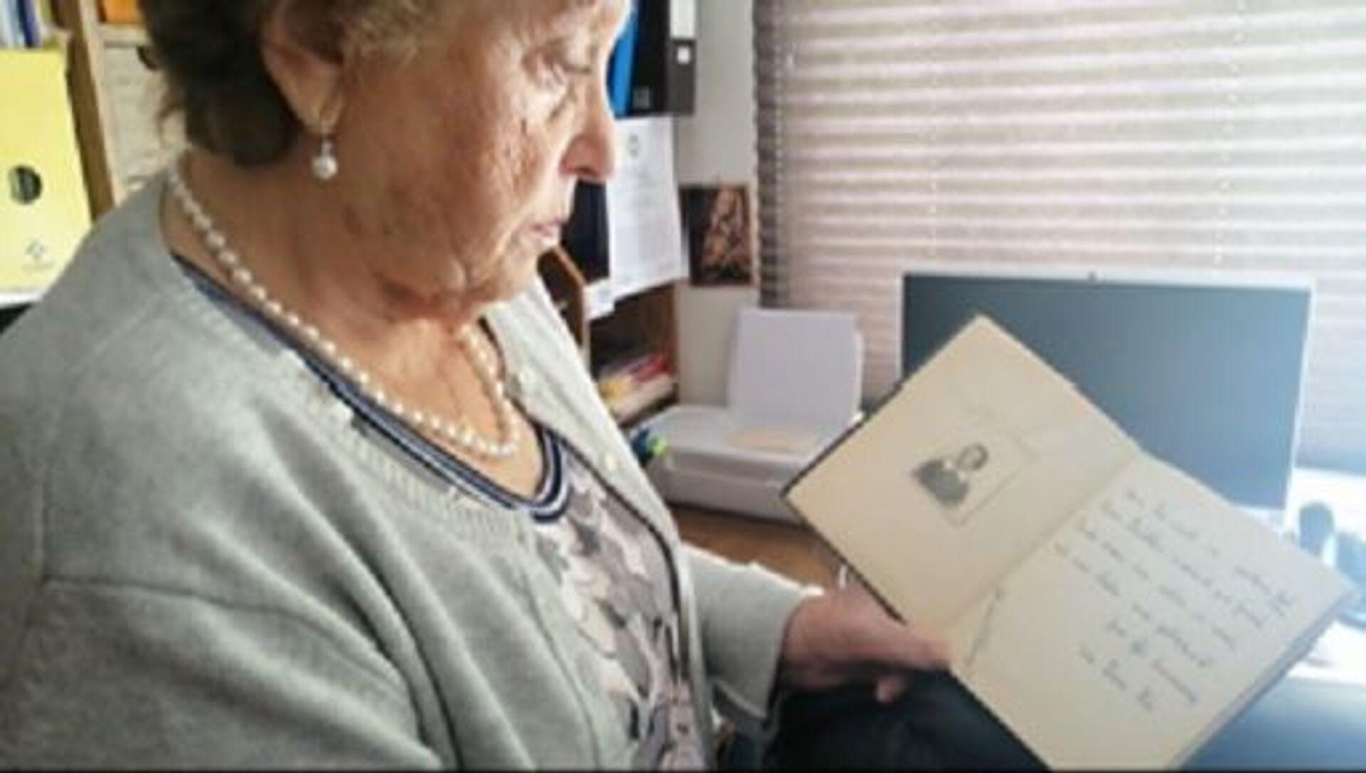 Ana María con la foto y dedicatoria de su amiga - Sputnik Mundo, 1920, 11.02.2021