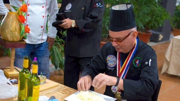 Chef Adolfo Espinosa Cobos durante la realización de un plato. - Sputnik Mundo