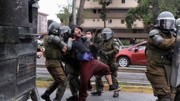 Disturbios masivos en Chile por la muerte de un malabarista a manos de un carabinero - Sputnik Mundo
