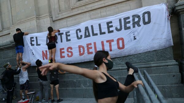 Street performers place a banner reading Street art isn't a crime while preparing to rally in Chile February 8, 2021 - Sputnik Mundo