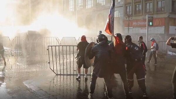El asesinato de un artista callejero genera protestas y disturbios masivos en Santiago de Chile - Sputnik Mundo