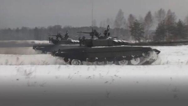 Como en un campo de batalla: entran en acción los tanques T-72B3 en pleno invierno - Sputnik Mundo