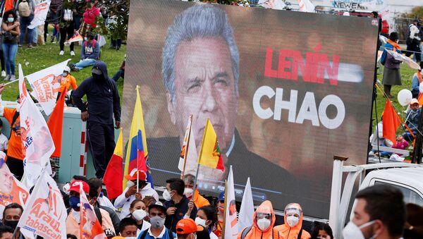 Una pantalla con la cara de Lenín Moreno en una manifestación de los partidarios de Andrés Arauz  - Sputnik Mundo