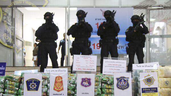 Policías tailandeses con paquetes de metanfetamina incautada proveniente de Birmania - Sputnik Mundo