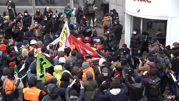 Trabajadores de la petrolera Total se enfrentan a la Policía en París - Sputnik Mundo