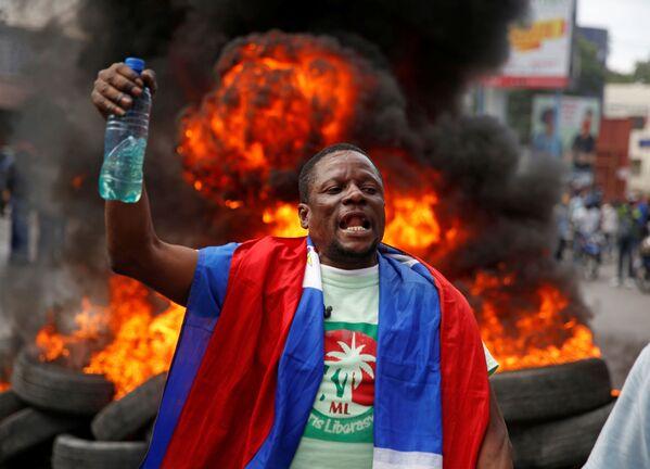 Un manifestante sostiene una botella con gasolina en medio de las protestas contra el Gobierno de Jovenel Moise, en enero de 2021. - Sputnik Mundo