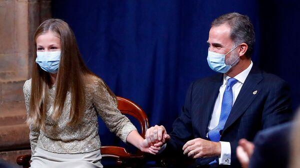 El rey Felipe VI de España alienta a su hija, la princesa heredera Leonor - Sputnik Mundo