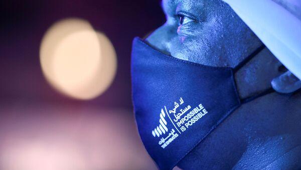 Un hombre observa una pantalla que muestra información de la sonda Al Amal en Dubai, Emiratos Árabes Unidos - Sputnik Mundo