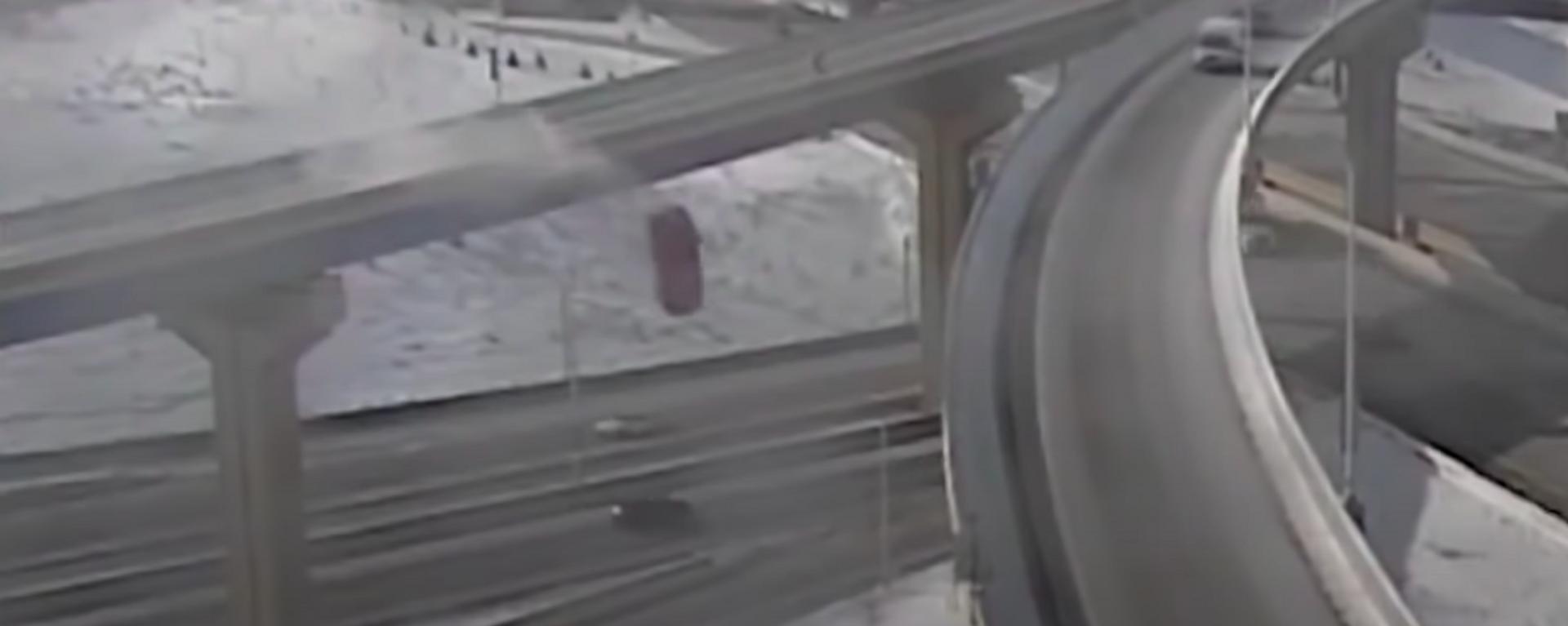 Una camioneta cae desde una altura de 20 metros a una carretera - Sputnik Mundo, 1920, 11.02.2021
