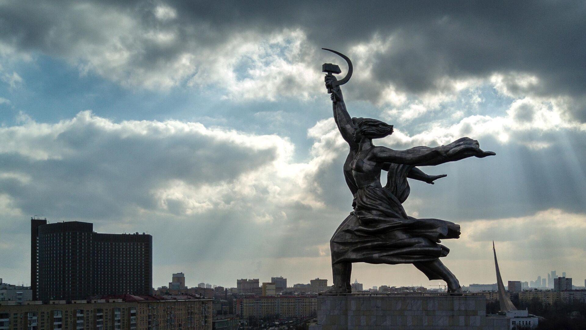 Estatua de el Obrero y la koljosiana - Sputnik Mundo, 1920, 23.04.2021