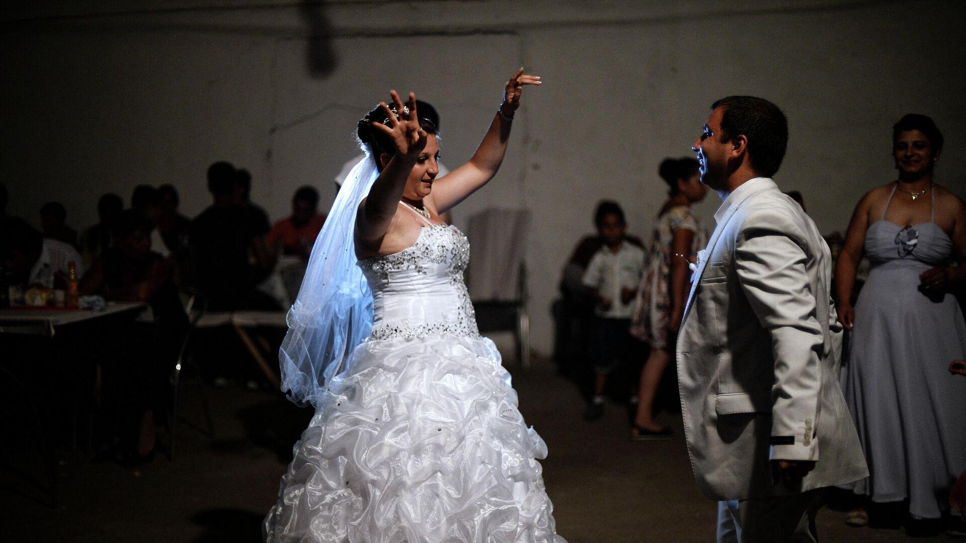 Una pareja romaní de recién casados baila durante su fiesta de bodas en el pueblo de Dolni Tsibar en el río Danubio. - Sputnik Mundo, 1920, 11.02.2021