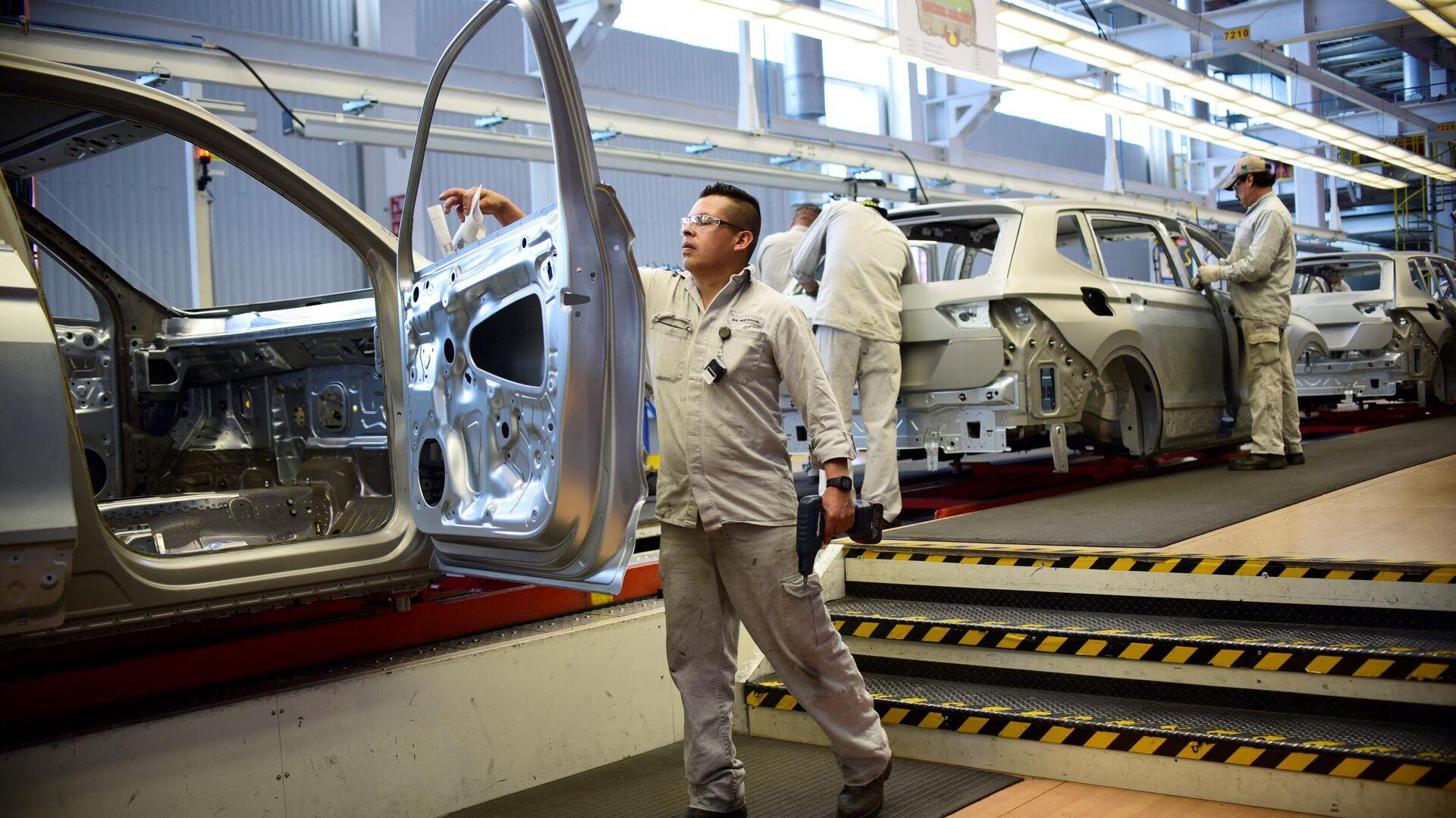 Trabajador de la planta de Volkswagen en Puebla, México - Sputnik Mundo, 1920, 19.02.2021