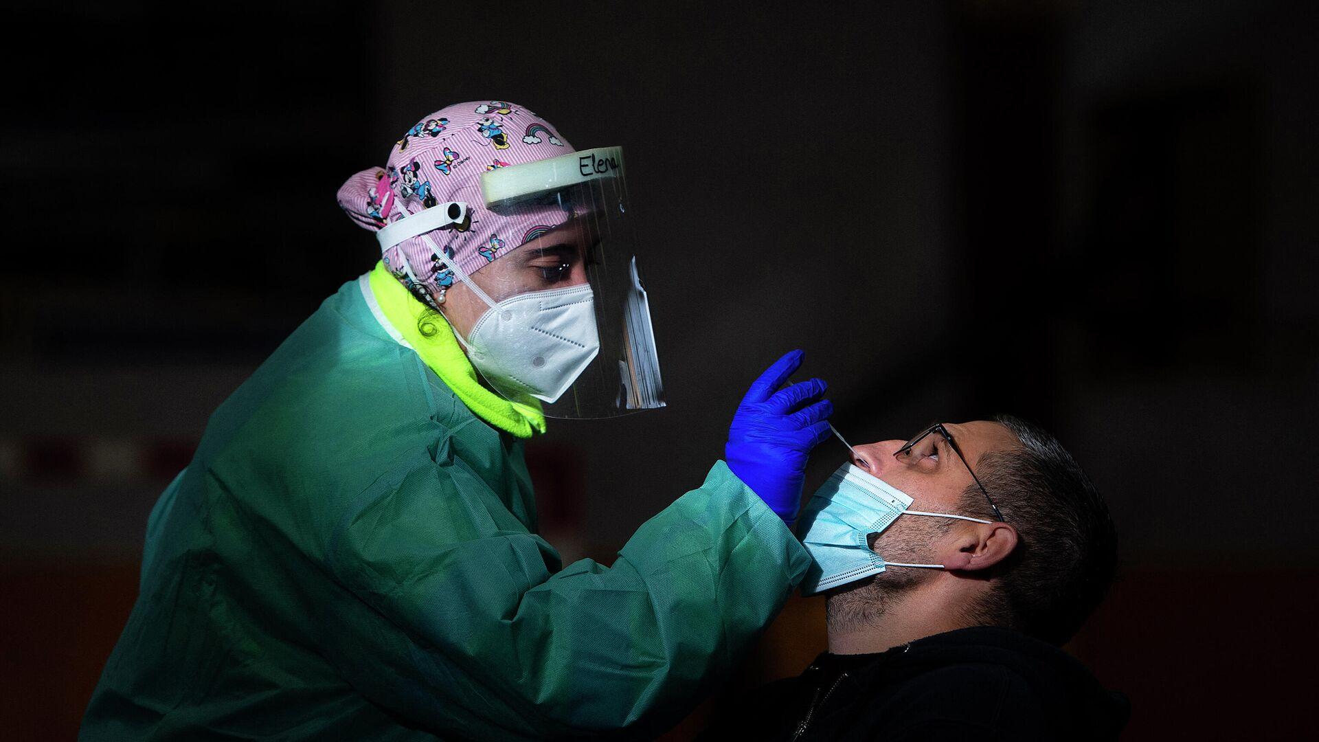 Una trabajadora de la salud realiza una prueba rápida de antígeno para COVID-19 durante una detección masiva de coronavirus en Tui, noroeste de España, el 8 de diciembre de 2020. - Sputnik Mundo, 1920, 10.03.2021
