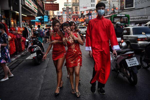 La celebración dura tradicionalmente unas dos semanas. Algunos países asiáticos celebran el Año Nuevo lunar para atraer a más turistas, aunque no es su fiesta tradicional, como es el caso de Tailandia. Este año, la Administración de Bangkok canceló la tradicional celebración de Año Nuevo lunar debido a un número de turistas significativamente menor de lo habitual debido a la pandemia. En la foto: un barrio chino de Bangkok en vísperas del Año Nuevo lunar. - Sputnik Mundo