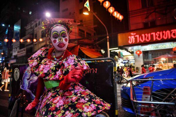 El Año Nuevo lunar ha sido durante mucho tiempo la fiesta principal y más duradera en China y varios otros países de Asia Oriental. En algunos de ellos, se celebra solo en los barrios chinos.En la foto: una bailarina en un barrio chino de Bangkok en vísperas del Año Nuevo lunar. - Sputnik Mundo