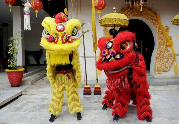 Unas personas disfrazadas de león en un templo chino durante el primer día del Año Nuevo lunar en Kuta, Bali. - Sputnik Mundo