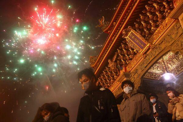 Aunque durante la pandemia se han registrado menos de 1.000 casos de infección en Taiwán, en vísperas del Año Nuevo lunar, las autoridades anunciaron un control más estricto de la distancia entre las personas, limitaron el número de visitantes a los parques de atracciones, prohibieron comer en el transporte y tomaron otras medidas sanitarias. En la foto: espectáculo de fuegos artificiales del Año Nuevo Lunar en Taipéi, Taiwán. - Sputnik Mundo