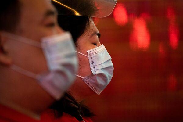 Este año, la diáspora china en Filipinas celebra el Año Nuevo en medio de restricciones a las reuniones masivas. En la foto: la gente reza en un templo del barrio chino durante el Año Nuevo lunar en Manila, Filipinas. - Sputnik Mundo