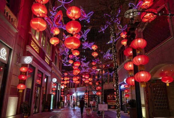 Cientos de luces rojas sobre la avenida Lee Tung durante los preparativos para el próximo Año Nuevo Chino en Hong Kong. - Sputnik Mundo