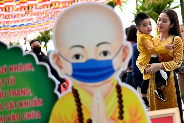 Una mujer y su hijo en la pagoda de Tran Quoc en Hanoi, Vietnam. - Sputnik Mundo