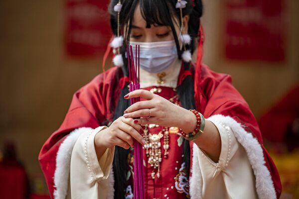 Una mujer en un traje típico durante las oraciones en el templo Ma Zhu Miao, Japón. - Sputnik Mundo