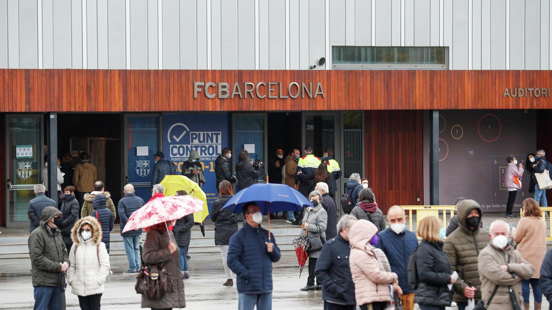 Los catalanes haciendo cola para votar en las elecciones parlamentarias, Barcelona, el 14 de febrero - Sputnik Mundo, 1920, 01.03.2021