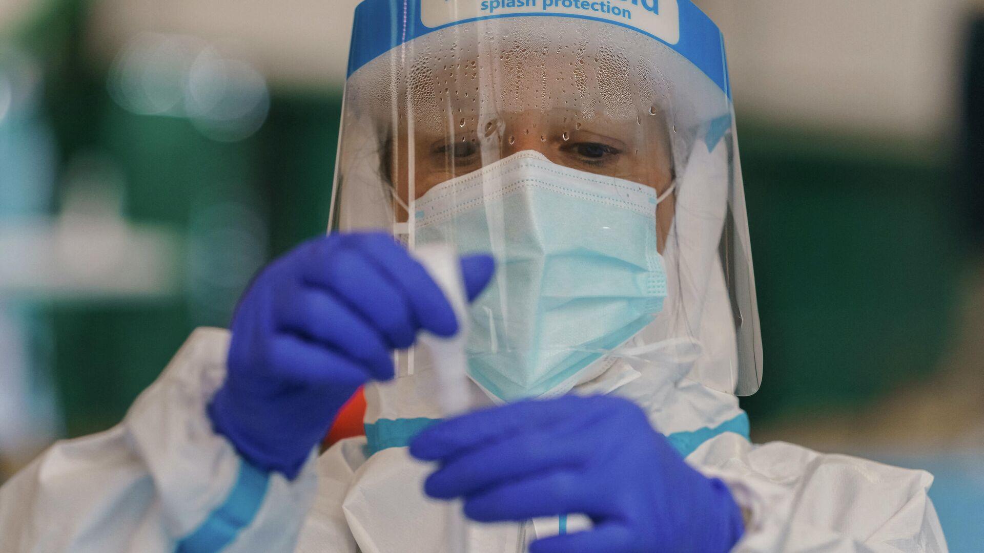 Un trabajador sanitario realiza una prueba rápida de antígeno para COVID-19  - Sputnik Mundo, 1920, 15.02.2021