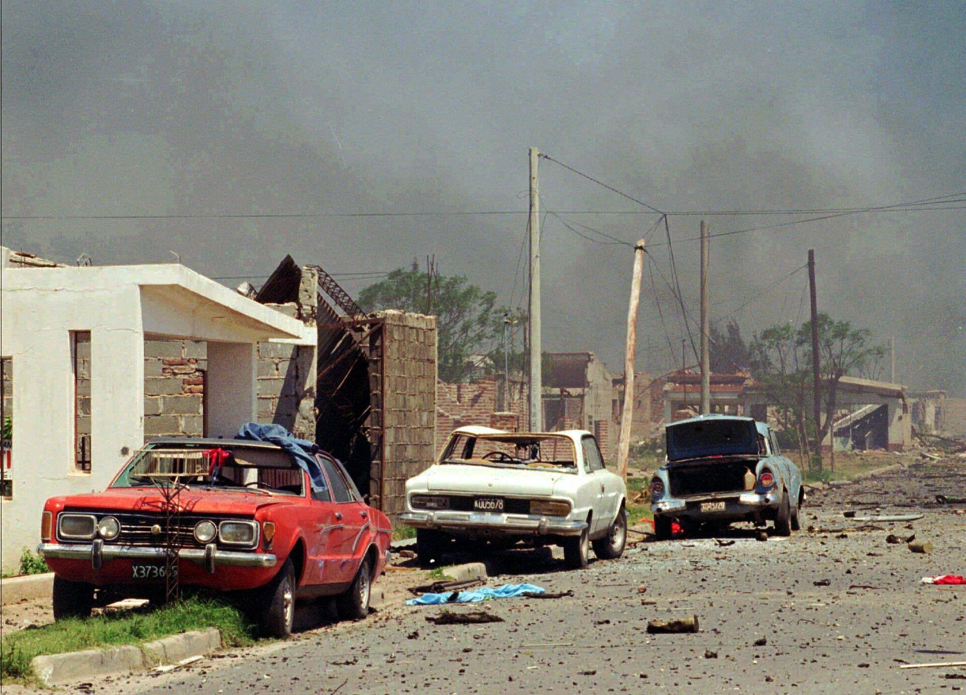 Vehículos destrozados en la ciudad argentina de Río Tercero tras las explosiones del 3 de noviembre de 1995 - Sputnik Mundo, 1920, 15.02.2021