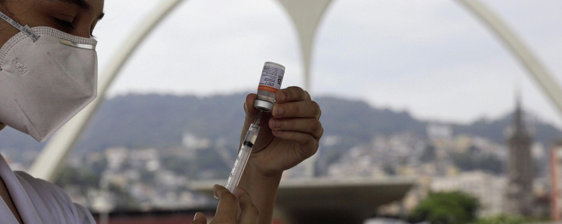 Enfermera con una vacuna contra COVID-19 en Río de Janeiro, Brasil - Sputnik Mundo, 1920, 23.07.2021