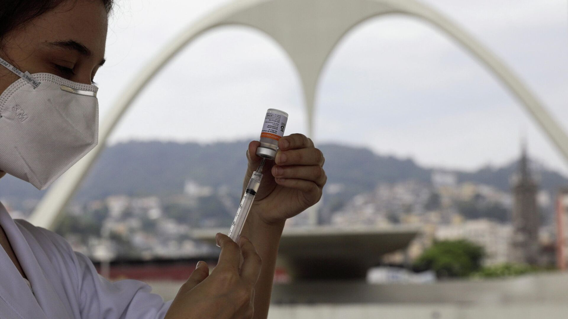 Enfermera con una vacuna contra COVID-19 en Río de Janeiro, Brasil - Sputnik Mundo, 1920, 11.08.2021