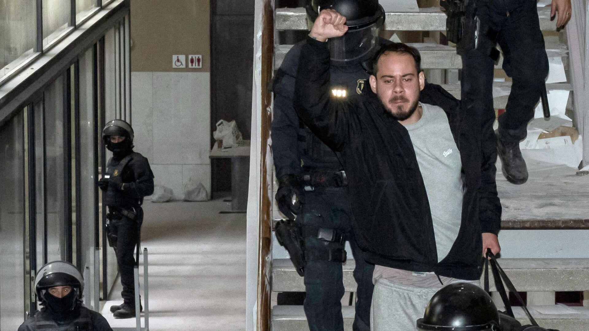 Rapero catalán, Pablo Hasél, tras ser detenido en la Universidad de Lleida - Sputnik Mundo, 1920, 16.02.2021
