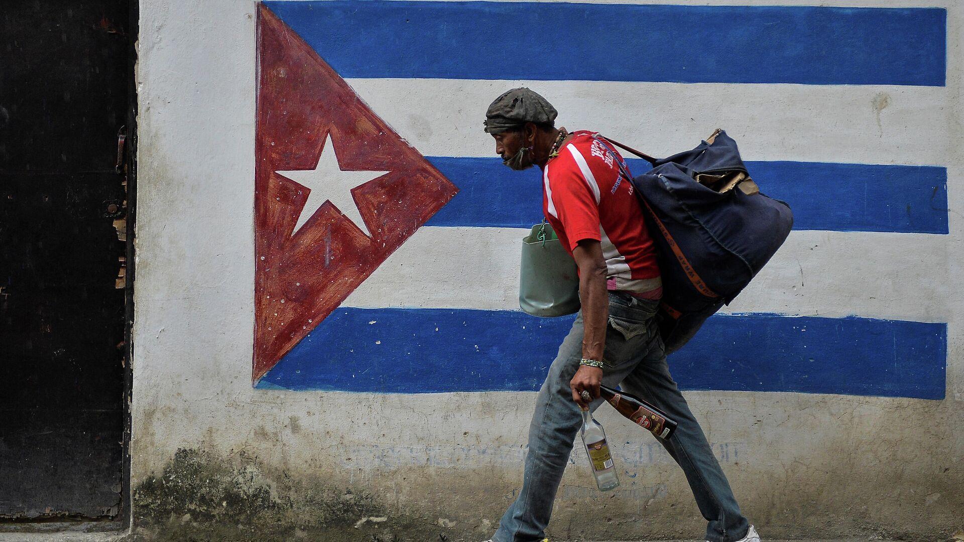 Un hombre caminando en La Habana, Cuba - Sputnik Mundo, 1920, 16.02.2021