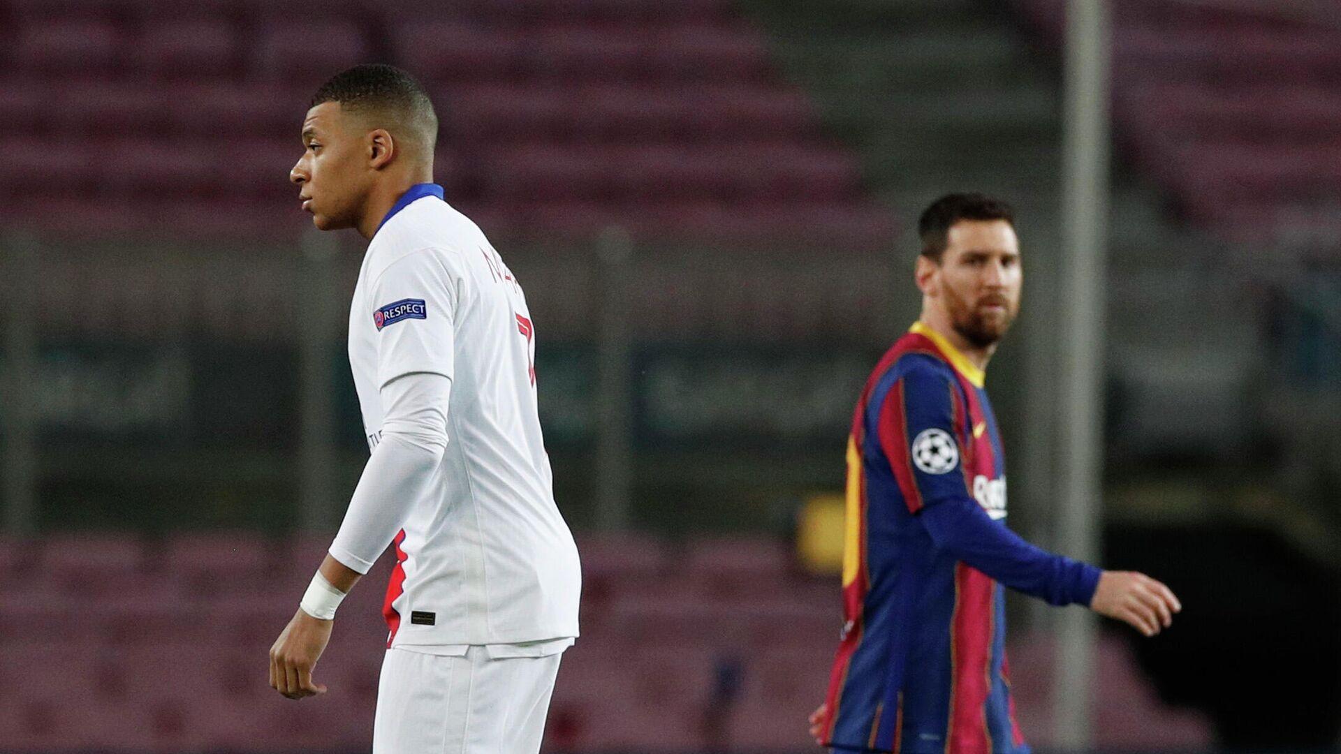 El delantero del Paris St Germain, Kylian Mbappé, y el delantero y capitán del FC Barcelona, Lionel Messi - Sputnik Mundo, 1920, 17.02.2021