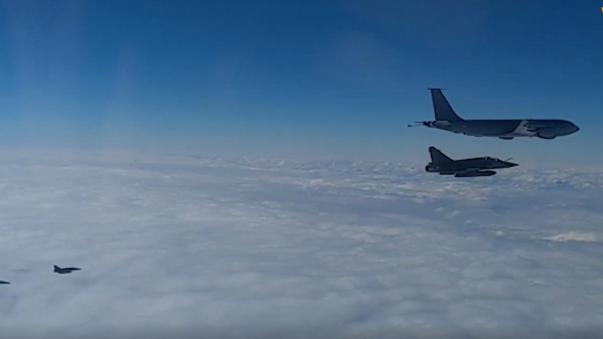 Así escoltan los Su-27 rusos a aviones franceses sobre el mar Negro - Sputnik Mundo, 1920, 18.02.2021