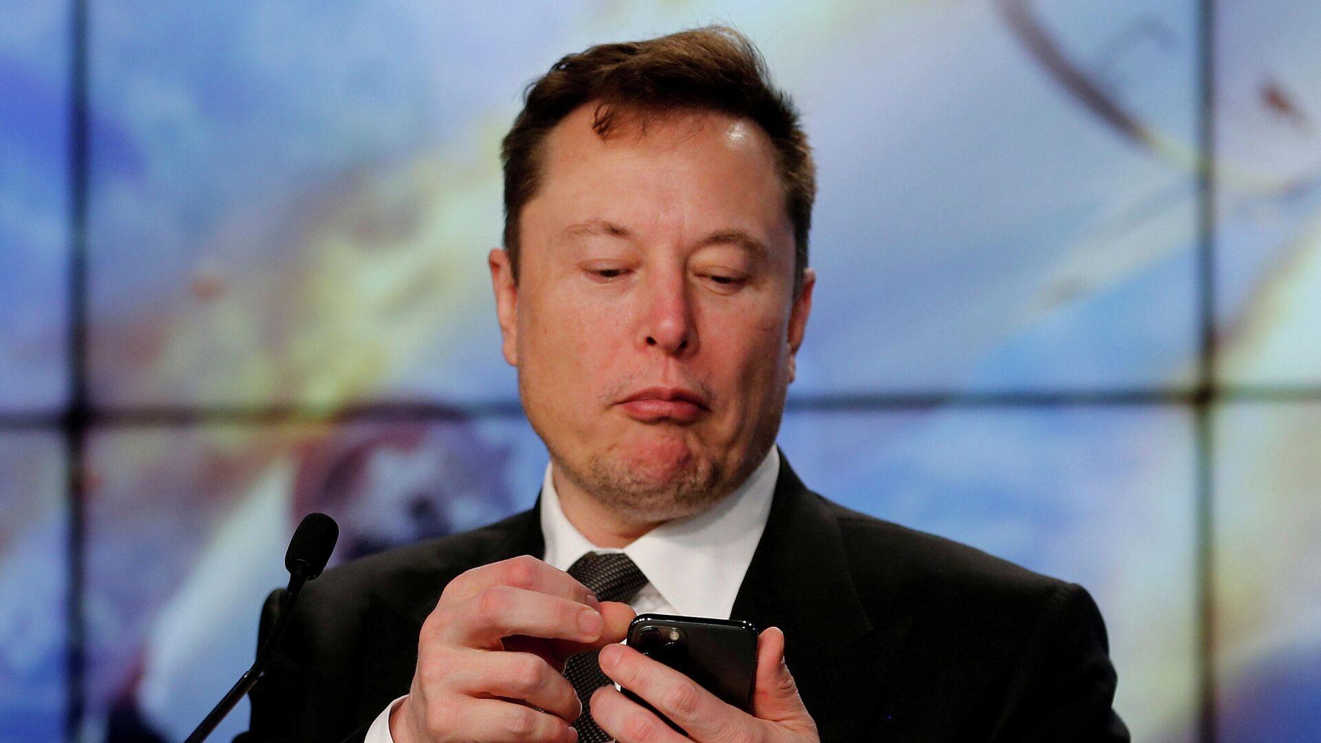 Elon Musk con su teléfono - Sputnik Mundo, 1920, 14.08.2021